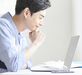 パソコンを眺める男性